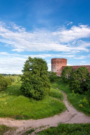Footpath under the Smolensk ancient fortified walls on a sunny summer day Banque d'images