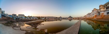 Panorama of Pushkar Lake at dawn. Pushkar Lake is a sacred lake of the Hindus. The Hindu scriptures describe it as Tirtha-Raj? the king of pilgrimage sites related to a water-body. Foto de archivo