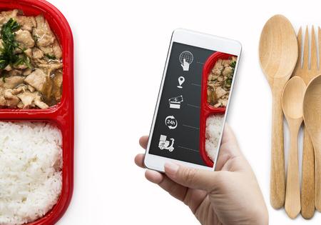 Servicio de entrega de alimentos para pedidos en línea y medios icónicos. Mano de mujer sosteniendo un teléfono inteligente para pedir comida en pantalla. Negocios y tecnología para compras en línea con estilo de vida en concepto de ciudad.