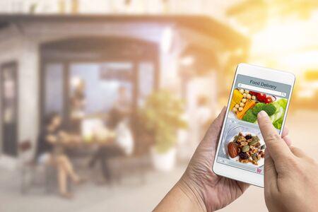 Pedido en línea Concepto de compra de alimentos en la pantalla táctil por parte de la mujer. Servicio de entrega de comida express que es cocinado por restaurante y medios de símbolo de icono. Negocios y tecnología con estilo de vida en la ciudad.