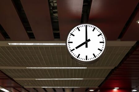 Public clock in railway station at the hanging with roof of subway central station. It is clock for watch time waiting train. Banque d'images - 129497593