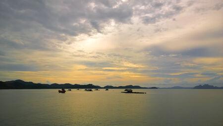 fischerei: Fischerei in der Andaman See bei Sonnenuntergang in Phuket, Thailand