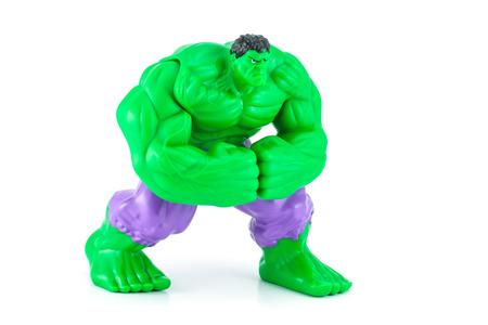 avenger: Bangkok, Tailandia - 08 de mayo 2014: El carácter de juguetes Hulk de la película Hulk y vengador. Hay juguetes de plástico que se vende como parte de las comidas felices de McDonald. Editorial