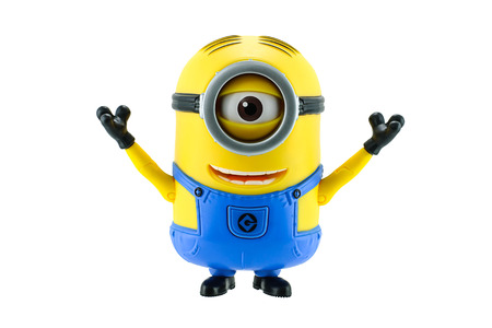 juguetes: BangkokTailandia 17 de mayo 2015: Juguete Minions aislado en fondo blanco una figura de acci�n de Despicable Me 2 pel�cula de animaci�n en 3D producida por Illumination Entertainment para Universal Pictures.