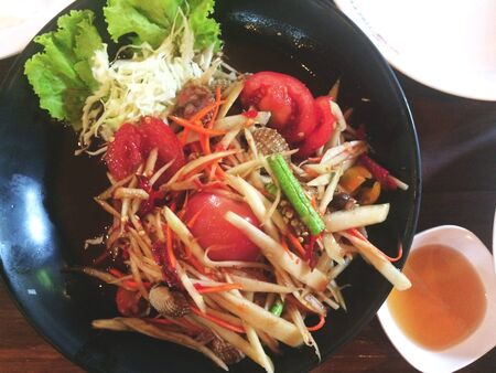 Papay salad is a meal cooked by papaya, chopped or grated and sliced into strips come in a mortar into the mainstream. Along with other raw materials is small tomatoes, eggplant, peppers, eggplant, black beans, fresh or dried chilies, garlic and seasoned with fish sauce, sugar and lime.