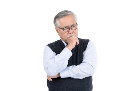 Portret uitvoerende Aziatische senior man met bril denken met kopie ruimte voor uw promotie of tekst geïsoleerd op een witte achtergrond. Stockfoto