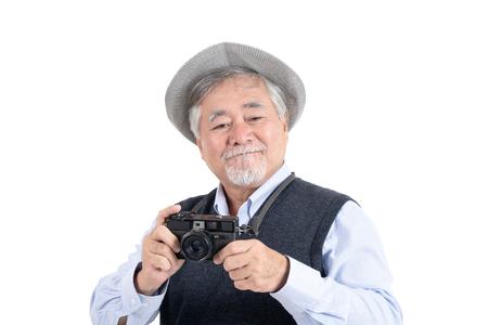 Szczęśliwy azjatycki starszy stary człowiek hobby fotograf podróży portret kopia miejsce na reklamę lub tekst promocyjny na na białym tle, koncepcja życia ludzi. Zdjęcie Seryjne