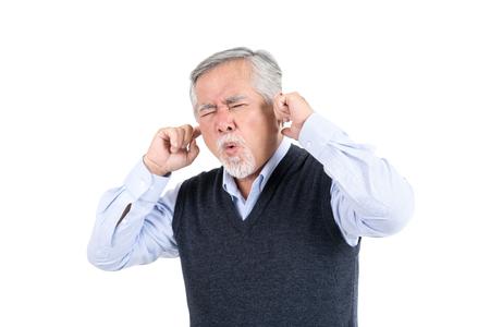 retrato anciano problema de audición, infeliz anciano anciano estilo de vida cuidado de la salud y médico, aislado sobre fondo blanco, concepto de estilo de vida de personas. Foto de archivo