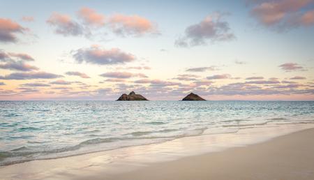 ピンクと紫の雲ラニカイ ビーチ、ハワイ ・ オアフ島、モクルア島 (別名、Mokes)。