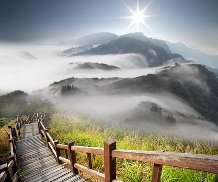 paesaggio: Nuvole drammatiche con la montagna e l'albero Archivio Fotografico