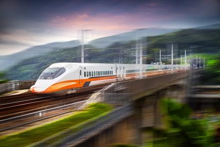 moderne trein versnellen met motion blur voor adv of anderen doel te gebruiken Redactioneel