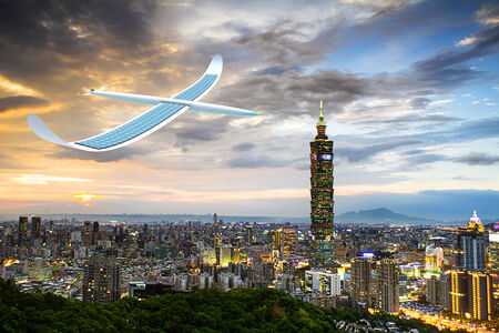 alternativ: Solar energy airplane on taipei city, Taiwan Stock Photo