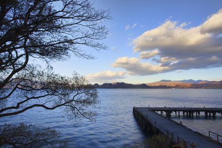 natureal: lago con bel cielo per l'utilizzo ai fini adv o altri