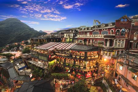 新台北市台湾 2014 年 6 月 30 日: 海辺の町の山岳風景台湾九フン