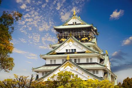 素敵な背景を持つ大阪の美しい大阪城日本します。