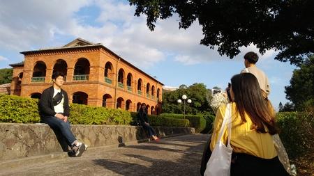 TAIPEI TAIWAN - DEC 26, 2017: Unidentified people visit Former British Consulate Residence Tamusi, Taiwan 新聞圖片