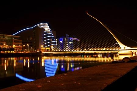 arpa: Dub�n famoso puente (el arpa) en la noche Foto de archivo