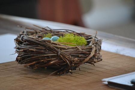 Een decoratieve Robin nest met eieren