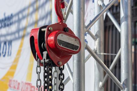Treuil à chaîne rouge close up journée ensoleillée Banque d'images