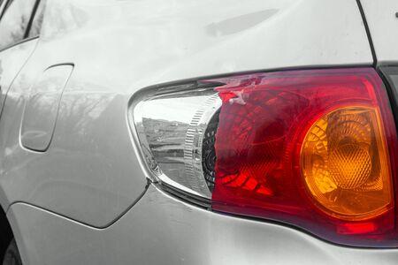 gebroken achterlicht zilveren auto