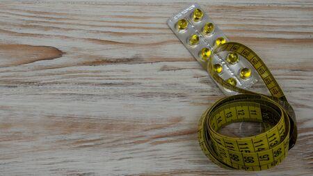 measuring tape yellow round tablets on light background 版權商用圖片