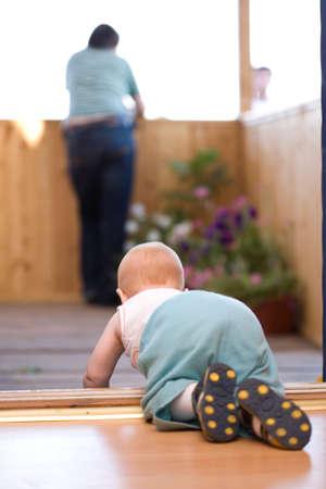 bebe gateando: Peque�o beb� de rastreo de su padre a permanecer en la terraza