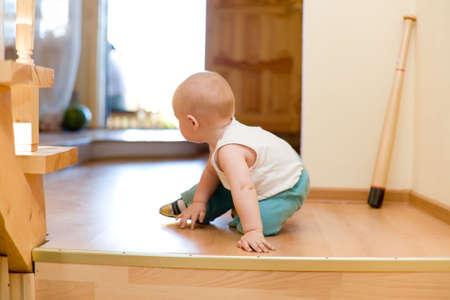 bebe gateando: Tranquilo escapar! Little beb� ungracious escapar de la casa