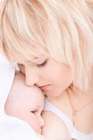 pechos: Madre beso y la lactancia de su ni�a