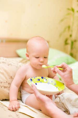 clamber: Madre di alimentazione suo figlio a casa Archivio Fotografico