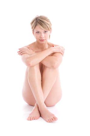 sauna nackt: Portr�t von nackten M�dchen sitzt wei�. Isoliert auf wei�em Licht mit Schatten unter Modell