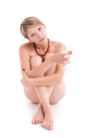sauna nackt: Portr�t von nackten M�dchen mit Weinglas Sitzung �ber Wei�. Isolierte mit Licht-Schatten unter Modell