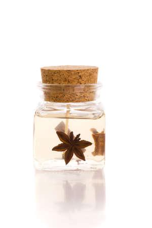corkwood: Aromaterapia vela en botella de vidrio con tap�n corkwood aisladas en blanco con la reflexi�n