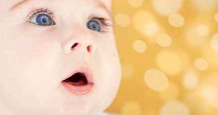 青い目の愛らしい赤ちゃんの肖像画。顔のクローズ アップ 写真素材