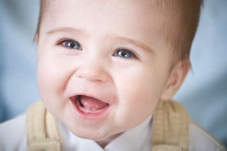 baby gesicht: Portrait der gl�cklichen Augen blau-Baby. Face Close-up Lizenzfreie Bilder