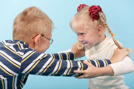 fight girl: Fratello e sorella di iniziare una lotta con l'altro