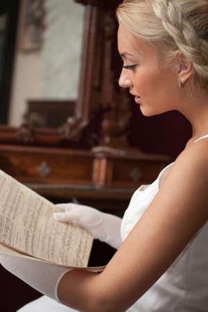 one sheet: Ritratto di giovane donna bella lettura di spartiti musicali d'epoca. Valutazione orchestra Old Museum edizione del 1882. Non protetto da copyright ora