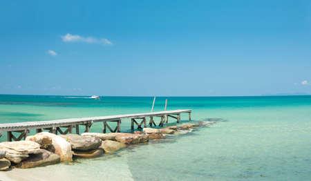 koh: Vista desde el muelle en el mar en Playa de soledad en tailand�s isla Koh Kood Foto de archivo