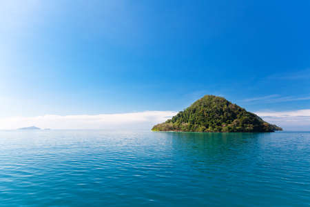 Thailand. Schilderachtig uitzicht op het kleine tropische eiland om te snorkelen in de buurt van Koh Chang eiland