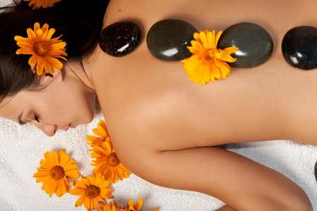 massaggio: Stone therapy. Donna ottenendo un hot stone massaggio a salone spa