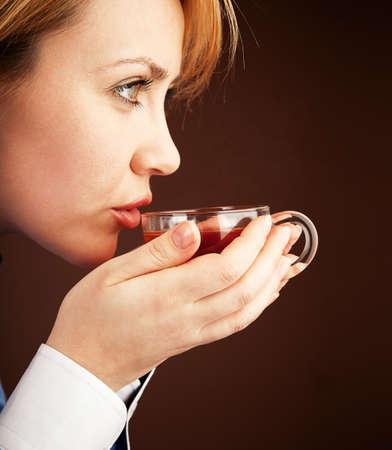 Cinq heures de thé. Femme de cols blancs relaxante avec thé chaud Banque d'images - 9662505