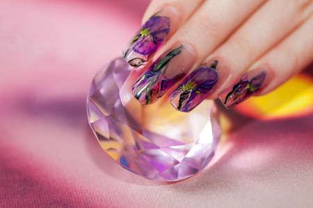 unas largas: Dedos con u�as de acr�lico larga y hermosa manicura toque un diamante brillante Foto de archivo