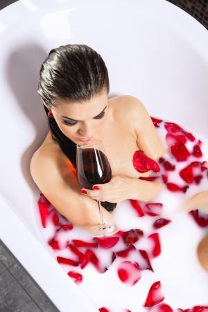 22673100-atractiva-chica-desnuda-disfruta-de-una-copa-de-vino-en-el-ba%C3%B1o-con-leche-y-p%C3%A9talos-de-rosa-tratamientos-.jpg?ver=6
