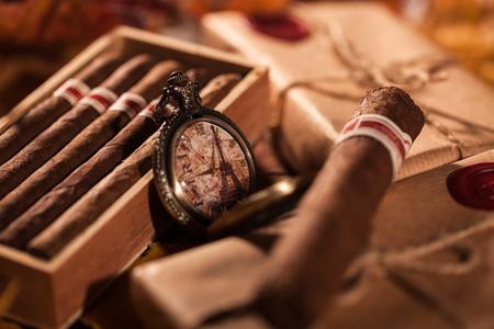 Le temps de profiter! Deux parcelles avec les cigares cubains de qualité supérieure - un grand don de meilleur ami Banque d'images