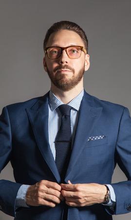 고전 파란색 정장에 안경 유쾌한 잘 생긴 멋진 수염을 기른 사람