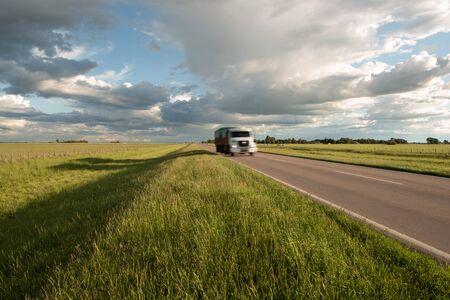 Asfaltroute met een vrachtwagen in beweging