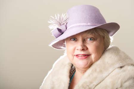 robo: Sonriente mujer de pelo blanco en el sombrero y el pelo Foto de archivo