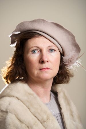 robo: Brunette en el sombrero marr�n y estola de piel