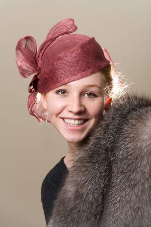 robo: Redhead sonriente en el sombrero de malla y piel