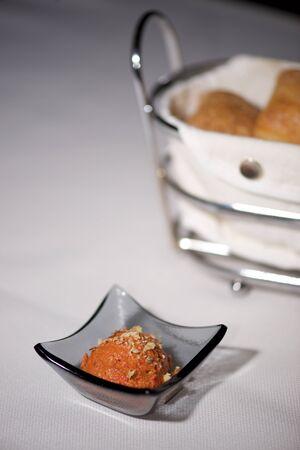canasta de pan: Plato de pasta de color naranja en la cesta de pan