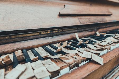 Old broken piano Standard-Bild